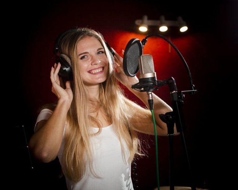 woman-wearing-headphones-smiles