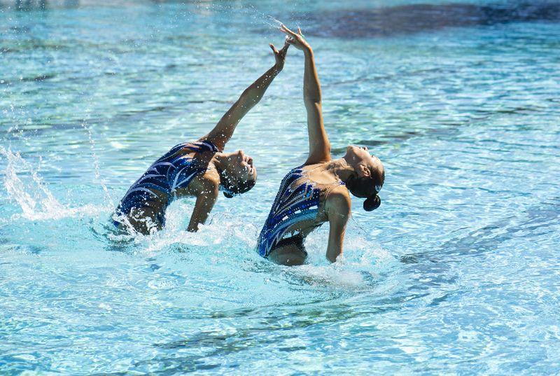 pretty-young-girls-posing-water