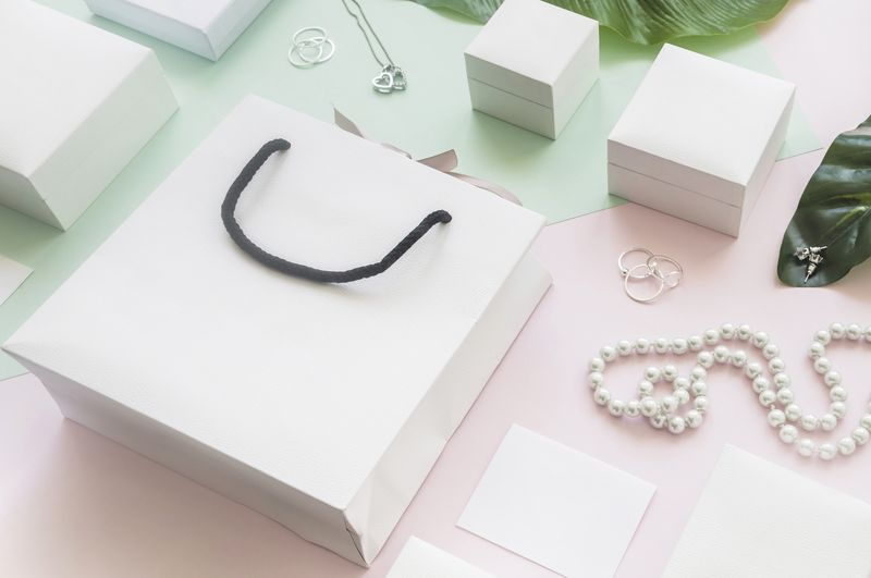 white1-shopping-bag-gift-boxes-with-jewelry-colored-background(1)